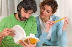 Estudiantes que leen junto Imagen de archivo libre de regalías