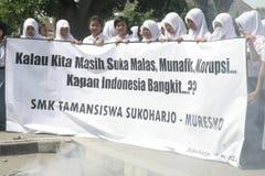 Estudiantes que llevan las banderas anticorrupción imagen de archivo