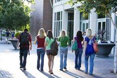 Estudiantes que llevan los libros Imagen de archivo