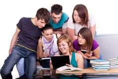 Estudiantes que miran el libro Foto de archivo