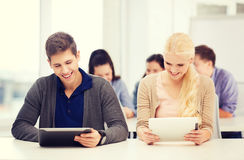 Estudiantes que miran la PC de la tableta en conferencia la escuela Imagen de archivo libre de regalías