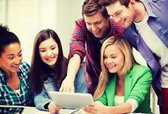 Estudiantes que miran la PC de la tableta en conferencia la escuela Fotografía de archivo libre de regalías