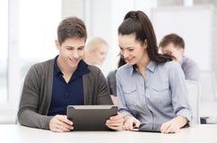 Estudiantes que miran la PC de la tableta en conferencia la escuela Fotos de archivo libres de regalías