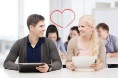 Estudiantes que miran la PC de la tableta en conferencia la escuela Imágenes de archivo libres de regalías