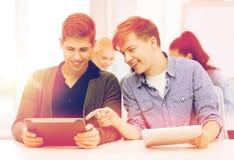 Estudiantes que miran la PC de la tableta en conferencia la escuela Imagenes de archivo