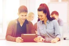 Estudiantes que miran la PC de la tableta en conferencia la escuela Fotografía de archivo