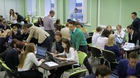 Estudiantes que participan en competencia programada almacen de video