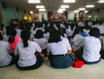 Estudiantes que participan en el auditorio imagen de archivo