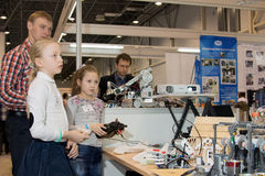 Estudiantes que participan en experimentos físicos Imágenes de archivo libres de regalías