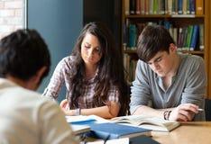 Estudiantes que preparan las examinaciones Fotos de archivo