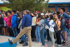 Estudiantes que protestan violencia armada contra la escuela en Tucson Imágenes de archivo libres de regalías