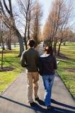 Estudiantes que recorren en campus Foto de archivo