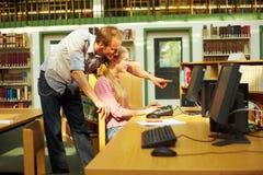 Estudiantes que se ayudan fotografía de archivo