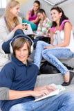 Estudiantes que se sientan en las escaleras de la High School secundaria en rotura Imagen de archivo