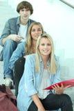 Estudiantes que se sientan en los pasos Imagen de archivo