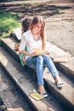Estudiantes que sientan con los libros Fotografía de archivo