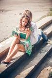 Estudiantes que sientan con los libros Fotografía de archivo libre de regalías