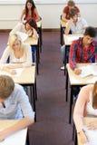 Estudiantes que sientan el examen imagen de archivo libre de regalías