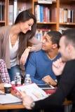 Estudiantes que socializan y que ligan después de clase Imagenes de archivo