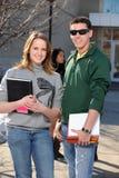 Estudiantes que sostienen los libros al aire libre Fotografía de archivo libre de regalías