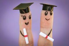 estudiantes que sostienen su diploma después de la graduación Foto de archivo