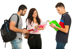 Estudiantes que tienen discusión Imagen de archivo libre de regalías