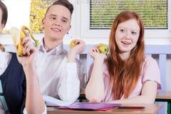 Estudiantes que tienen tiempo del almuerzo Fotografía de archivo