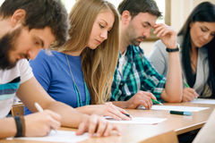 Estudiantes que tienen una prueba en una sala de clase Imagenes de archivo