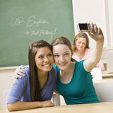 Estudiantes que toman el autorretrato en sala de clase Fotos de archivo