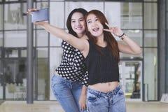 Estudiantes que toman las fotos del selfie en la escuela Imágenes de archivo libres de regalías