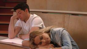 Estudiantes que toman notas en conferencia