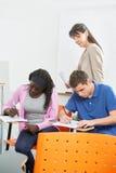 Estudiantes que toman una prueba Imagen de archivo libre de regalías