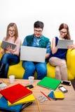 Estudiantes que trabajan en el sofá Foto de archivo