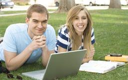 Estudiantes que trabajan junto Imagen de archivo libre de regalías