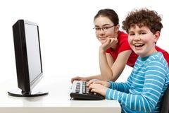 Estudiantes que usan el ordenador Imagen de archivo libre de regalías
