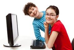 Estudiantes que usan el ordenador Imagen de archivo