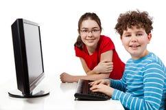 Estudiantes que usan el ordenador Foto de archivo libre de regalías