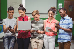 Estudiantes que usan el ordenador portátil, teléfono móvil, tableta digital Fotos de archivo