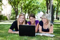Estudiantes que usan el ordenador portátil Imágenes de archivo libres de regalías