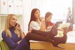 Estudiantes que usan el teléfono Fotografía de archivo