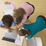 Estudiantes que usan la computadora portátil en sala de clase Imagen de archivo libre de regalías