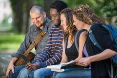 Estudiantes que usan la tableta de Digitaces junto en campus imagenes de archivo
