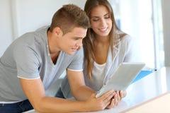 Estudiantes que usan la tablilla Imagen de archivo