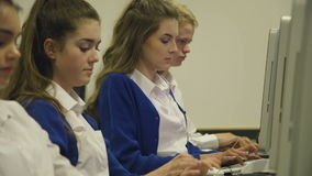 Estudiantes que usan los ordenadores almacen de metraje de vídeo