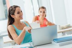 Estudiantes que usan los ordenadores portátiles en la sala de clase Foto de archivo libre de regalías