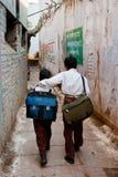 Estudiantes que van de la escuela Fotos de archivo libres de regalías