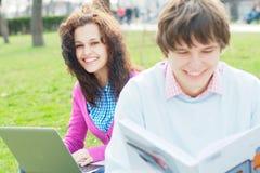 Estudiantes sonrientes al aire libre Imagen de archivo libre de regalías