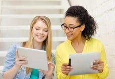 Estudiantes sonrientes con el ordenador de la PC de la tableta Imagen de archivo libre de regalías