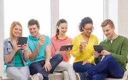 Estudiantes sonrientes con el ordenador de la PC de la tableta Fotos de archivo libres de regalías