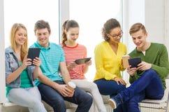 Estudiantes sonrientes con el ordenador de la PC de la tableta Fotografía de archivo